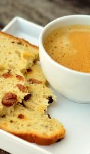 Tranches de cake aux fruits secs et tasse de café