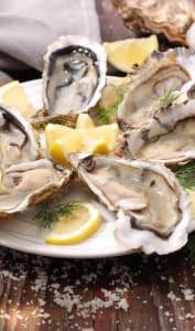 Assiette d'huîtres fraîches et verres de vin