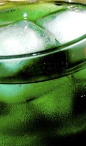 Un verre de sirop de menthe avec des glaçons