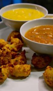 Acras servis avec sauces pimentées