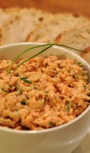 Bol de rillettes de saumon et tartines