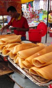 Réalisation de crêpes apam balik sur un marché malaisien