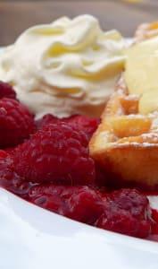 Gaufre, framboises et crème à la vanille