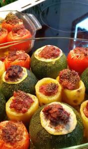 Tomates, courgettes et poivrons farcis dans un plat à four