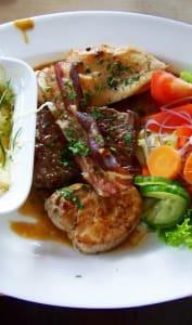 Plat de viande avec garnitures