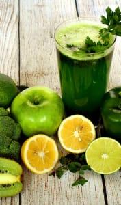 Verre de jus de légumes et fruits