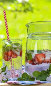 Pichet d'eau aromatisée à la fraise et à la menthe