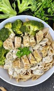 Assiette de pâtes, poulet, champignons et brocolis