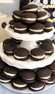 Whoopies au chocolat sur un présentoir