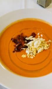 Salmorejo dans une assiette blanche