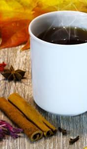 Mug de vin chaud aux épices de noël