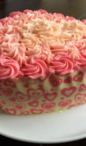 Gâteau à la crème au beurre en forme de coeur