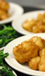 Assiette des beignets de chou-fleur et brocoli rave