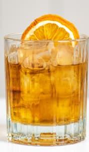 Verre de cocktail Old fashioned et zeste d'orange