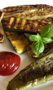 Assiettes de différents légumes grillés