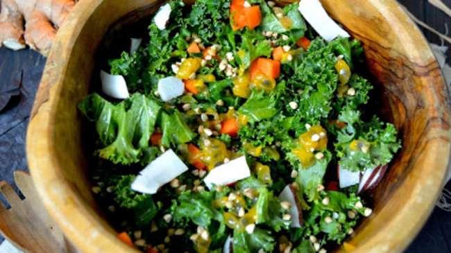 salade crue d 39 hiver au chou kale carotte fruit de la passion et orange par rosenoisettes. Black Bedroom Furniture Sets. Home Design Ideas