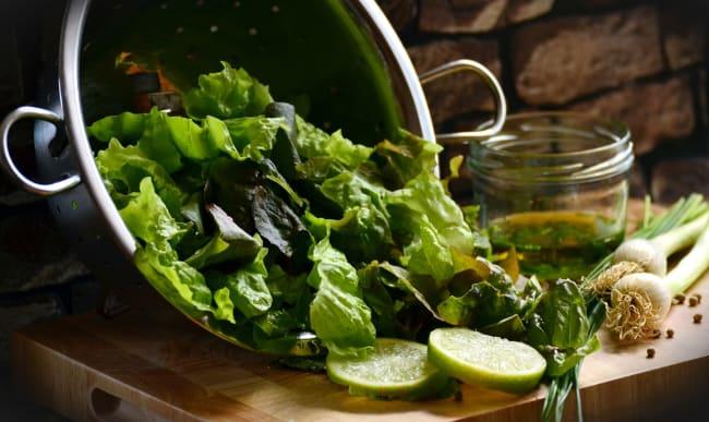 Salade verte, huile d'olive et citron