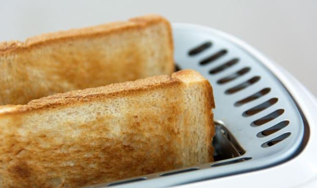 Tranches de pain grillé dans un grille-pain