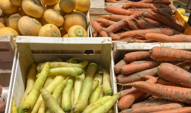 Fruits et légumes anciens sur le marché