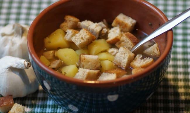 Soupe à l'ail au croûtons