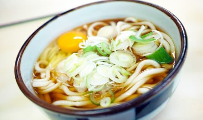 Bol de soupe garni de nouilles udon