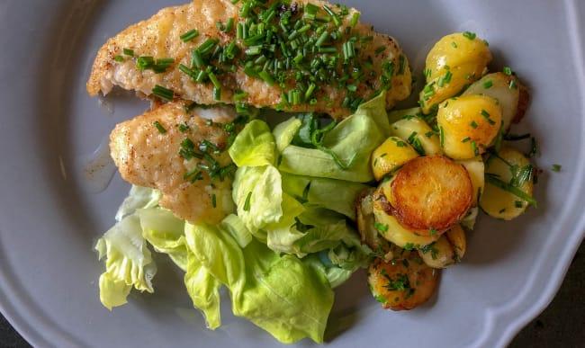 Saint-pierre, salade et pommes sautées