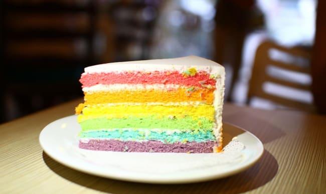 Une part de rainbow cake