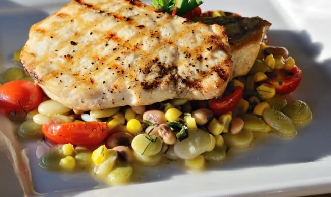 Espadon grillé et petits légumes