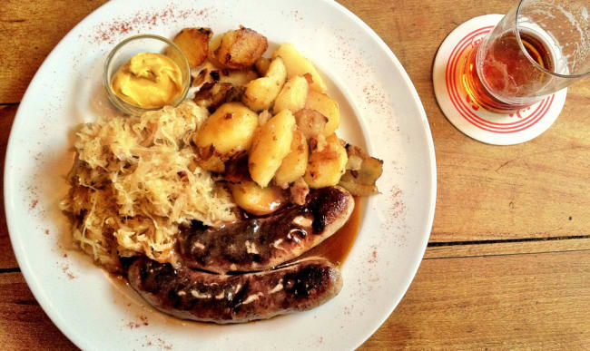 Bratwurst accompagnées de choucroute et pommes de terre
