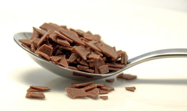 Copeaux de chocolat dans une cuillère