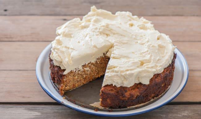 Carrot cake à la crème sur assiette