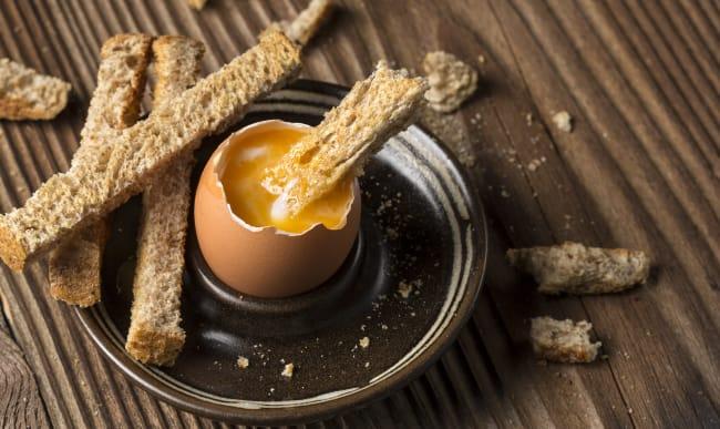 Oeuf à la coque et mouillettes de pain toasté.