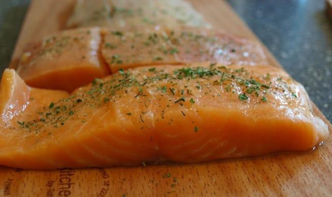 Filets de saumon et herbes fraîches