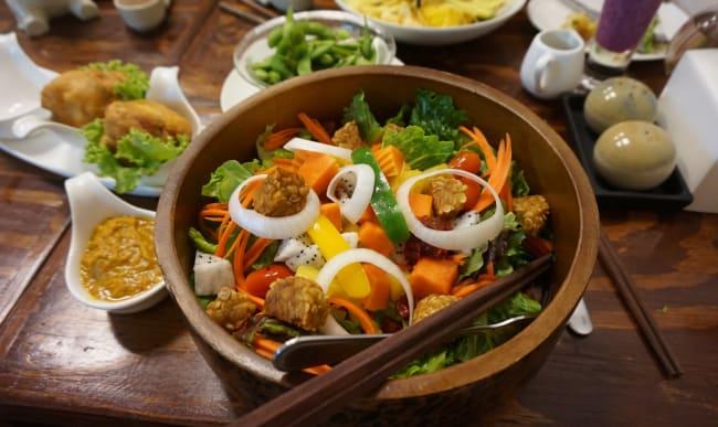 Salades de légumes aux saveurs asiatiques
