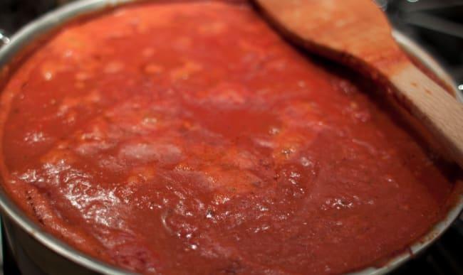 Sauce marinara cuisinée dans un faitout.