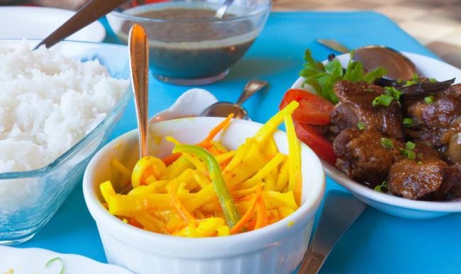Repas créole avec achards