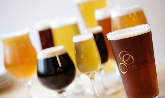 Bières de toutes les couleurs dans des verres différents