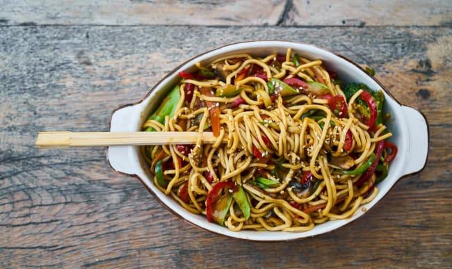 Assiette de nouilles asiatiques et ses légumes