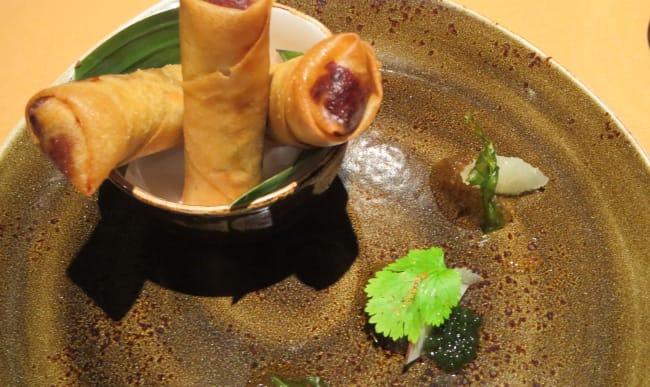 Nems au poulet. Marmelade de citron, feuilles de curry, pamplemousse rose et perles de coriandre