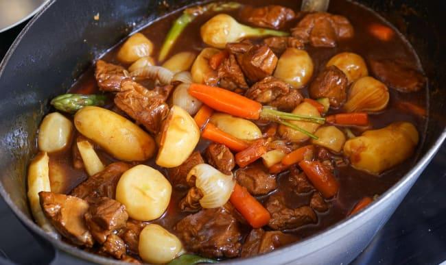 Navarin d'agneau et ses petits légumes dans une cocotte.