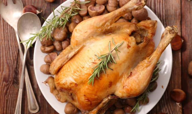 Dinde aux marrons sur assiette blanche