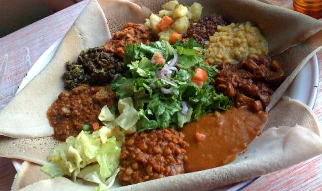 Injera végétarienne salade et légumineuses