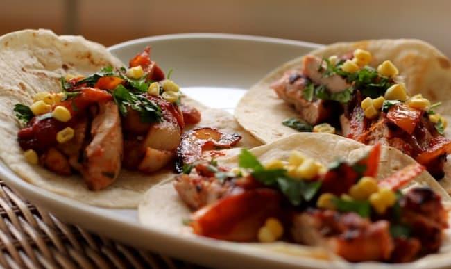 Tacos au poulet grillé, oignon, poivron, coriandre et épi de maïs