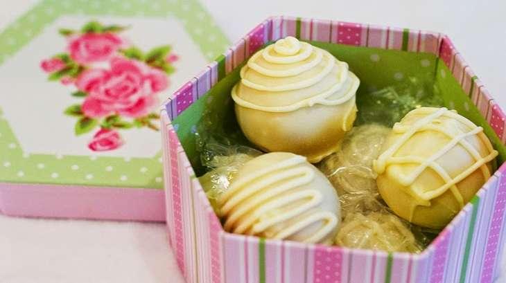 cake balls boules de g teau fourr es la framboise d cor chocolat blanc etats unis. Black Bedroom Furniture Sets. Home Design Ideas