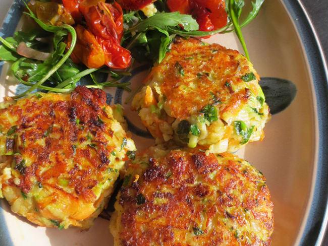 Palets de Légumes au Fromage Halloumi et Délicieuse Salade de Tomates Confites
