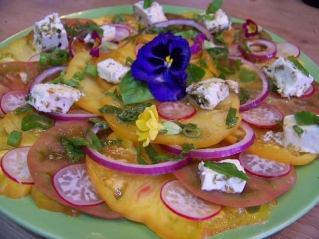 Carpaccio de tomates ananas et tomates noires de Crimée, feta grillée à l'origan