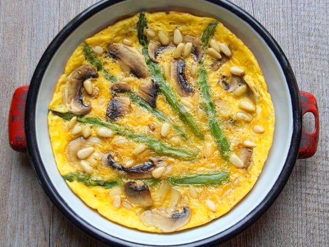 Omelette aux asperges, champignons et pignons