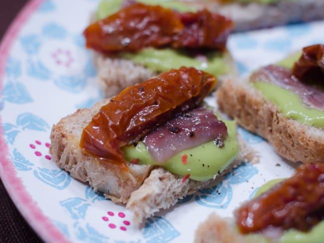 Tapas à l'anchois, au guacamole et à la tomate séchée