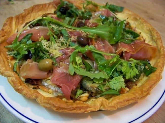 Tarte feuilletée aux olives niçoises, fromage de chèvre, confit d'oignons