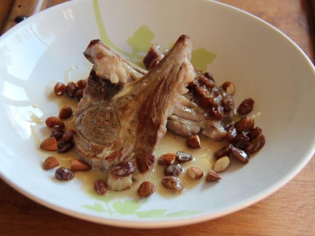 Côtelettes d'agneau sauce miel, amandes et raisins secs